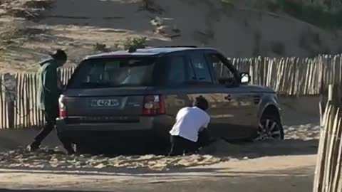 Guys get car range rover stuck in sand try to get it out