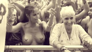 TomorrowWorld 2015: Granny in the front row - Video