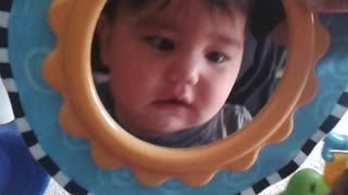 Baby cracks up after discovering his reflection - Video