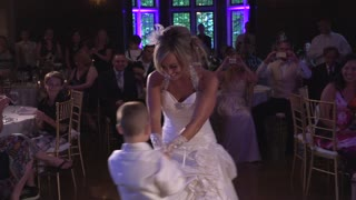 6-year-old boy masterminds surprise mother-son wedding dance - Video