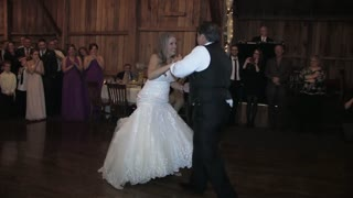 Bride and dad surprise wedding guests with amazing dance - Video