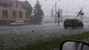 Intense footage of hail storm captured in Romania - Video