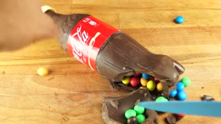 Botella de Coca Cola casera hecha de chocolate y rellena con M&M's - Video