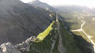 Wingsuit pilots fly inches above terrain - Video