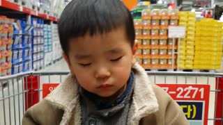 Adorable baby falls asleep in shopping cart - Video