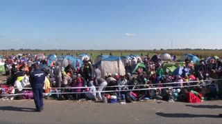 Migrants begin another day at camp on Hungarian border - Video