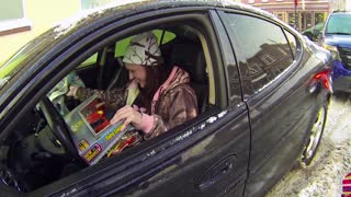 Michigan police surprise drivers with Christmas gifts - Video