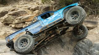 Off-Road Driver Successfully Pulls Off His Truck Through Huge Rocks - Video