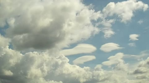 Time-lapse form-changing lenticular clouds