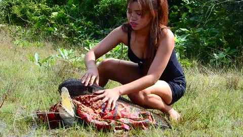 Wow Brave ! Cute Girl Catch Crocodile In The Field, How To Catch Crocodile In Village, Amazing