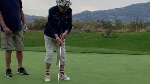 Sweet 89-year-old lady with Alzheimer's drains 40 foot putt