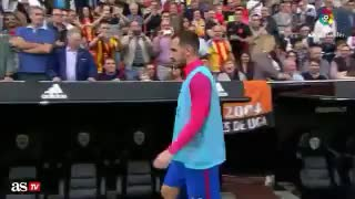Valencia fan throwing a bottle at Paco Alcacer - Video