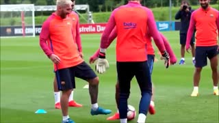 Lionel Messi Nutmeg Luis Suarez on Training - Video
