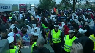 Thousands of migrants stream into Austria - Video