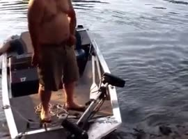 Drunk people should not get on boats. - Video