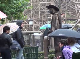 A man makes a statue and scares people. - Video