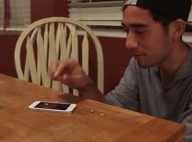 Мan makes popcorn on iPhone - Video