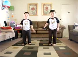 Dancing Twins Play Wii - Video
