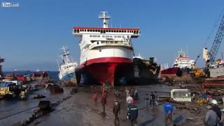 Ship'' dirty'' gas enters the shore - Video