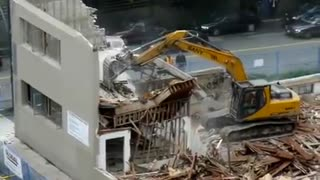 Demolition of house failure. - Video