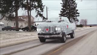 Pickup from five tons of ice with metal chassis - Video