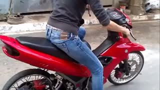 This woman still has a lot to learn about riding a bike. - Video