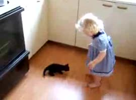 little girl and little cat - Video