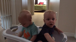 Adorable twins imitating their mom - Video