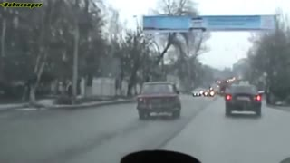 Crazy Lada running from the police traffic - Video