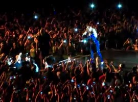Beyonce pulled off stage by over zealous fan -fun - Video