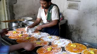 Street Vendor Makes 14 Crepes in 5 Minutes - Video