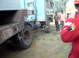 How they start a truck in India - Video