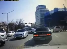 woman fell out of the car - Video