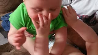 Twin babies fight adorably over shoe