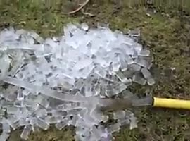 Icecubes with a garden hose - Video