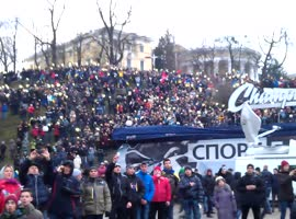 Crowd of people sings National Hymn of Ukraine at Euromaidan rally in Kiev - Video