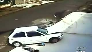 Kid escapes unharmed after being run over by a car - Video