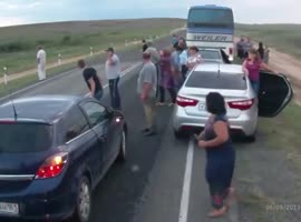Bus stops to help to road accident - Video