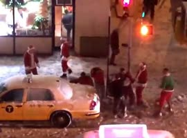 Drunken Santas Fight On NYC Sidewalk - Video