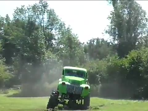 Redneck Groom Makes a Fail Entrance At His Wedding