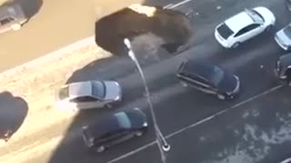 Huge hole shines on a street driver keeps his cool! - Video
